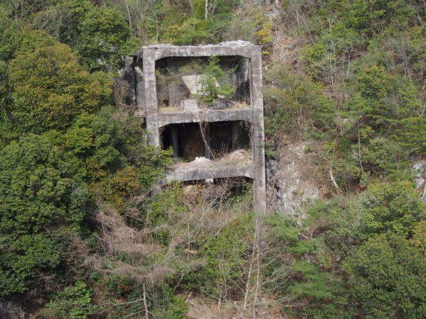 たまにダムには謎な建物跡がある