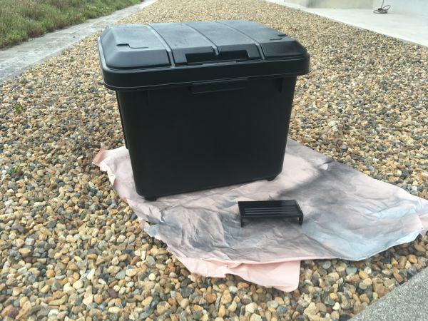 ホムセン箱を黒に塗装、他のライダーさんの荷物の載せ方