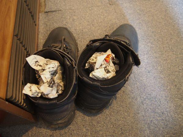 靴は新聞紙を入れると乾く