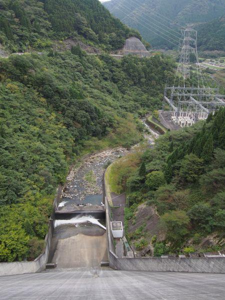 背が高いダムだよ
