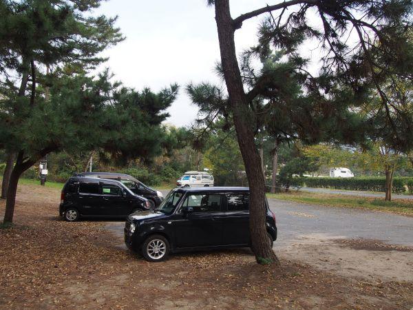 駐車場は狭い