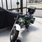 バイクのホムセン箱取付方法【自転車用のあのグッズで着脱簡単に固定】