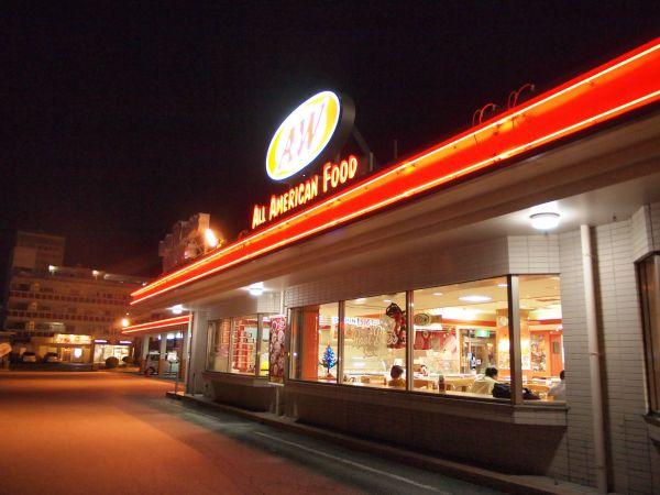【まるで外国に来たみたい】沖縄らしいドライブイン・レストランで食事を